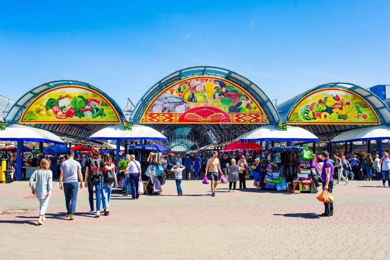 Рыночное месте людей входя в городе на летний день стоковое изображение rf