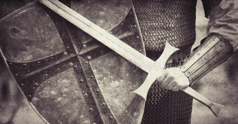 Рыцарь с шпагой и экраном стоковое фото
