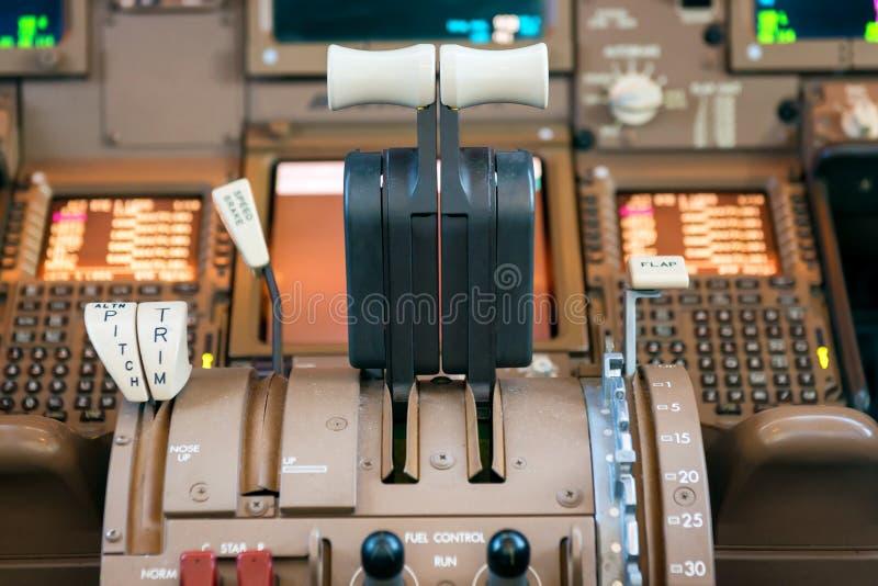 Рычаги тяги двигателей внутри большого реактивного самолета стоковое изображение rf
