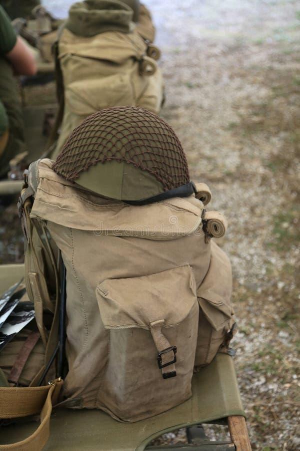 Рюкзак и воинский шлем Второй Мировой Войны на кроватке стоковое фото