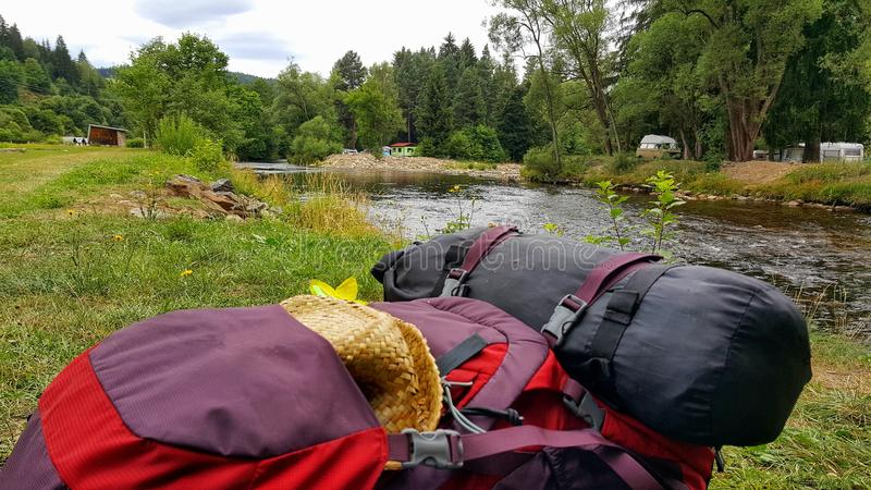 Рюкзак на банке реки Otava стоковые изображения