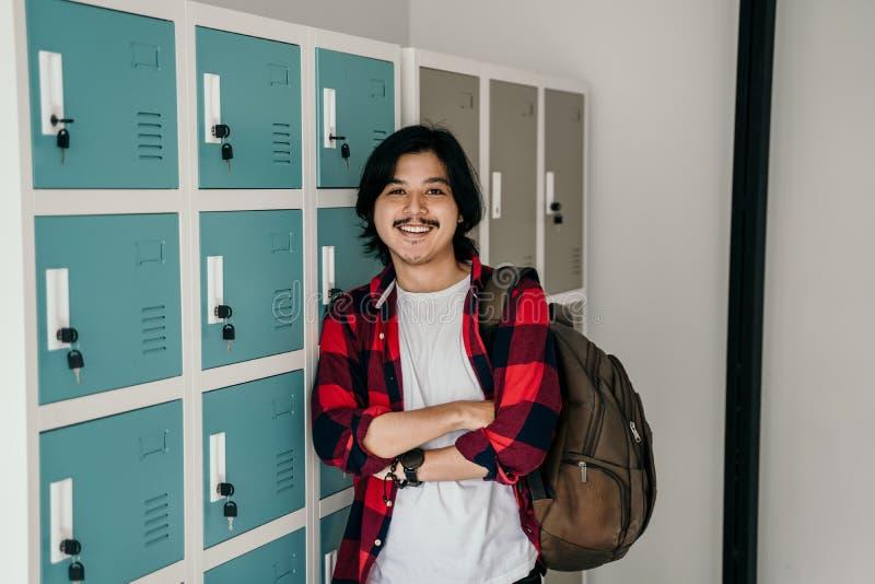 Рюкзак нося азиатского мужского молодого студента стоковое изображение