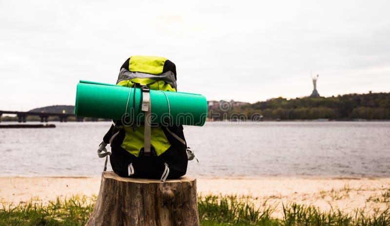 Рюкзак перемещения на предпосылке природы стоковые фото