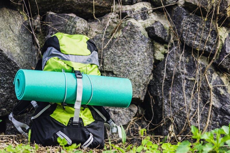 Рюкзак перемещения на предпосылке природы стоковое фото
