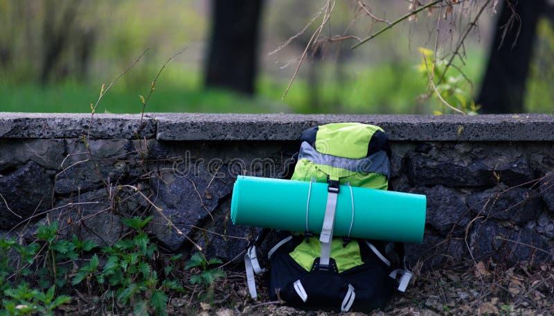 Рюкзак перемещения на предпосылке природы стоковое изображение