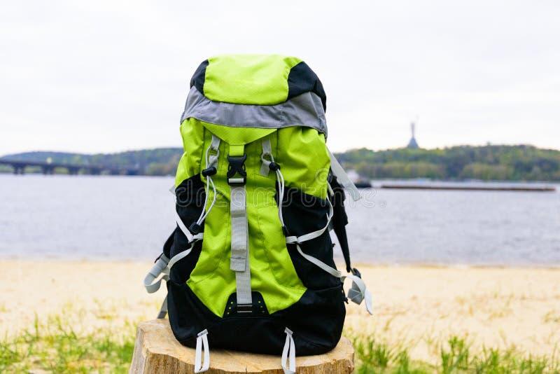 Рюкзак перемещения на предпосылке природы стоковое изображение rf