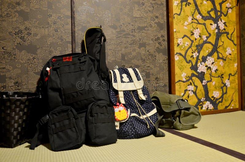Рюкзак путешественника положил вниз на стиль комнаты японский стоковое фото