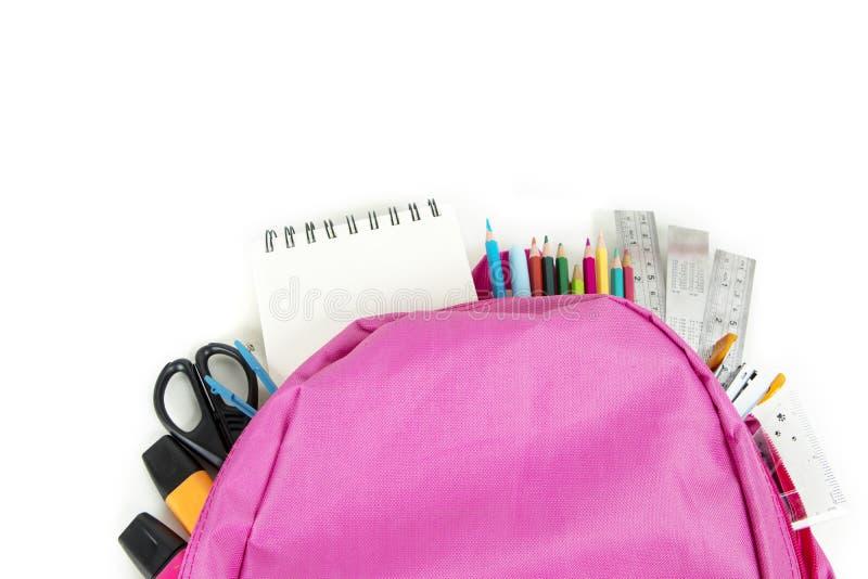Рюкзак с сортированными школьными принадлежностями стоковое изображение rf