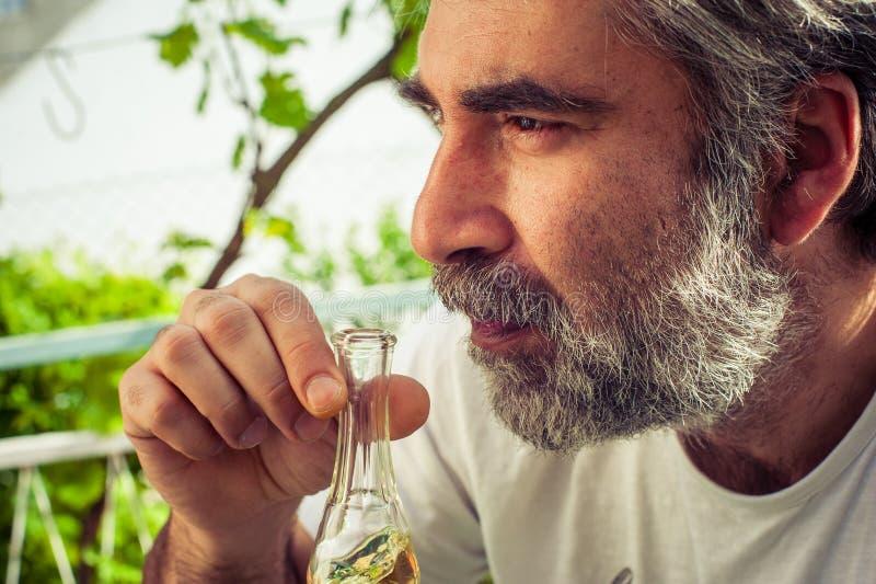 Рябиновка бородатого человека выпивая стоковое изображение rf