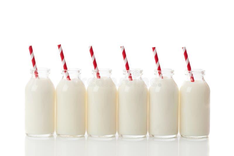 рядок молока бутылки стоковые изображения