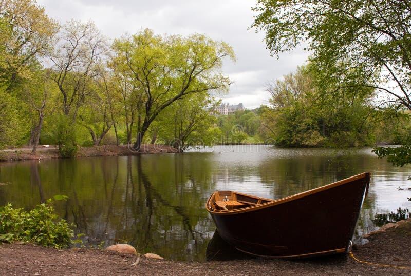 рядок озера шлюпки стоковые фотографии rf