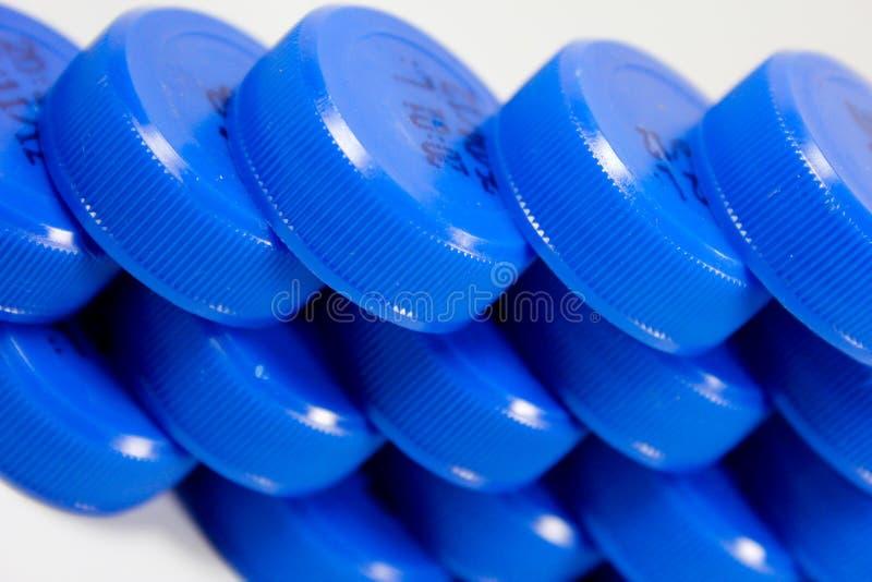 рядок пластмассы крышек бутылки стоковые фотографии rf