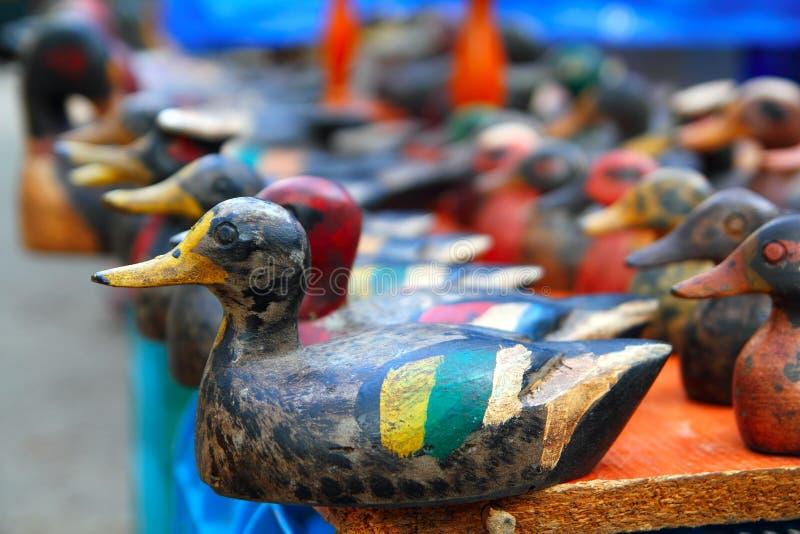 рядок утки decoy расположения цветастый стоковая фотография rf