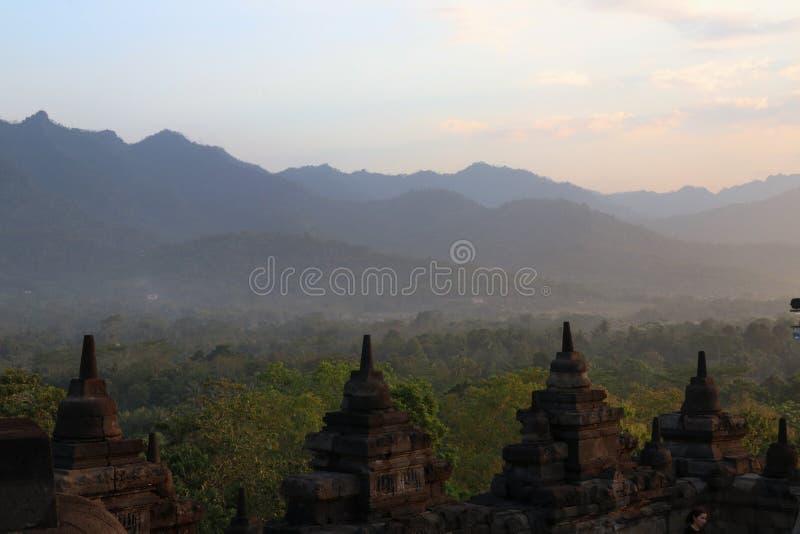 Рядок stupa виска Borobudur в Yogyakarta, Java, Индонесии стоковое изображение