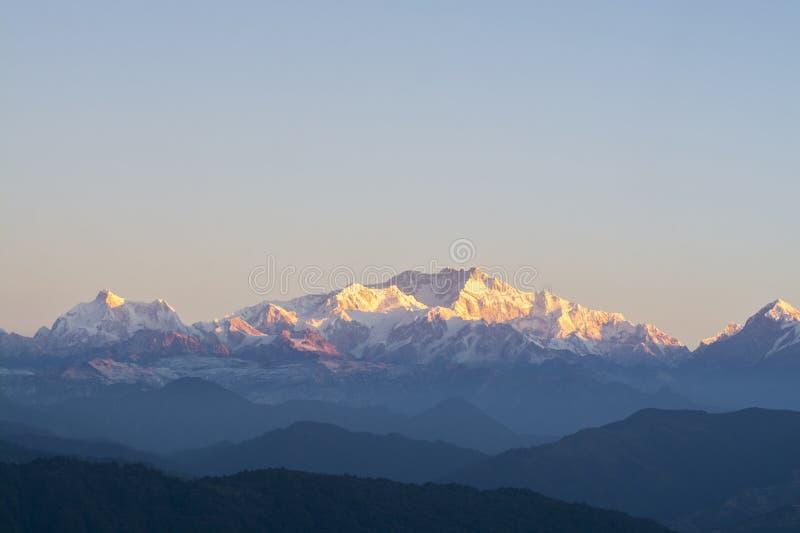 Ряд в Гималаях, фотография Kanchenjunga ландшафта принятая в утро стоковые фотографии rf