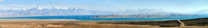 Ряд Памира озера каракул и шоссе Таджикистан Памира стоковое фото
