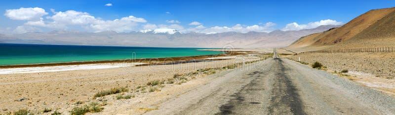 Ряд Памира озера каракул и шоссе Таджикистан Памира стоковое изображение