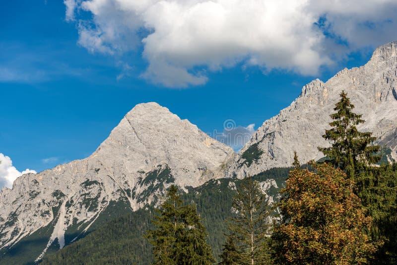 Ряд Mieming и Ehrwalder Sonnenspitze - Альп Тироль Австрия стоковые изображения rf