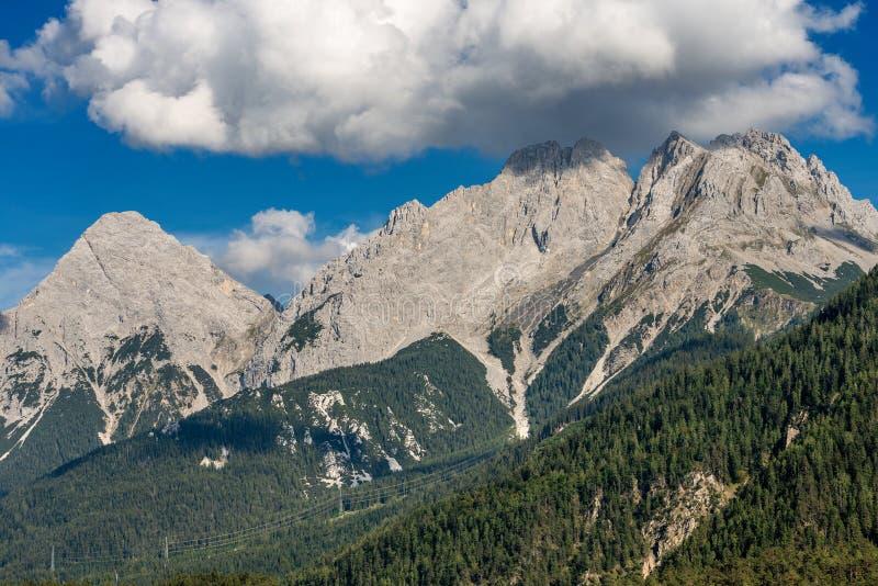 Ряд Mieming и Ehrwalder Sonnenspitze - Альп Тироль Австрия стоковая фотография rf