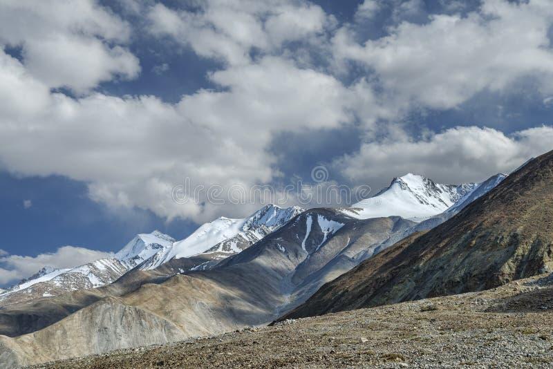 Ряд высоких гор в Гималаях стоковые изображения rf