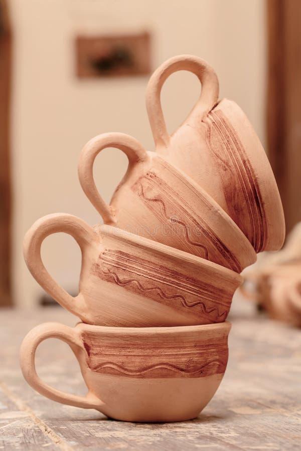 Ряд гончарни глины стоковые изображения