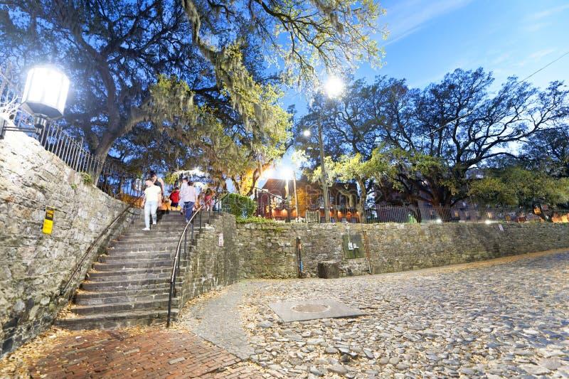 САВАННА, GA - 2-ОЕ АПРЕЛЯ 2018: Туристы наслаждаются улицами города на nig стоковое изображение rf