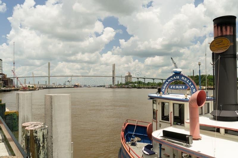 Саванна, Georgia/Соединенные Штаты - 25-ое июня 2018: Паром красавиц саванны бежит Река Savannah стоковые изображения