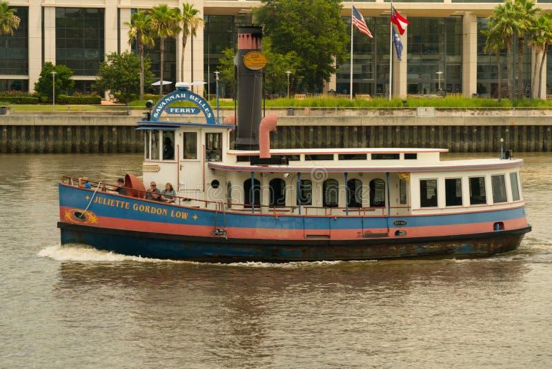 Саванна, Georgia/Соединенные Штаты - 25-ое июня 2018: Паром красавиц саванны обеспечивает транспорт на Реке Savannah стоковые фотографии rf