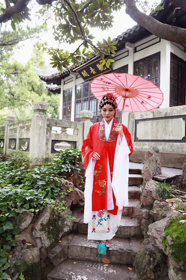 Сада павильона костюмов оперы Пекина Пекина актрисы Aisa платье игры драмы Китая китайского традиционное выполняет старый парасол стоковое фото rf