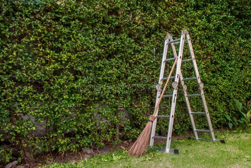 Садовничать лист, взбираясь лестниц и веников стоковые изображения rf