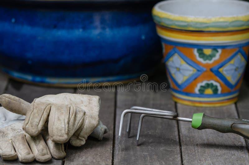 Садовые инструменты и перчатки работы стоковое фото rf