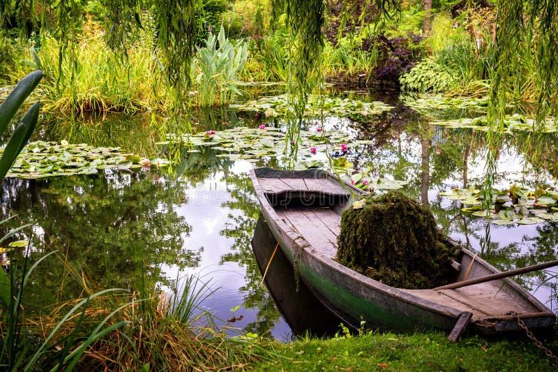Сады и озеро Monet с лилиями воды на Giverny, Нормандии, Франции стоковое изображение