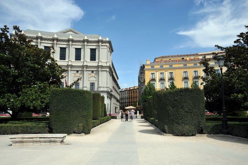 Сады Площади de Oriente Центральн с памятником к Филиппу IV расположенное между королевским дворцом и королевским театром в Мадри стоковая фотография rf