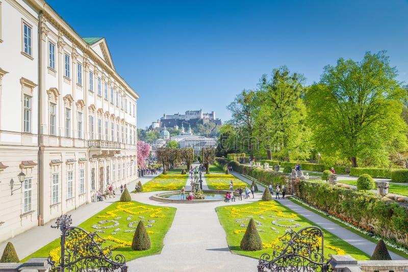 Сады Mirabell с крепостью Hohensalzburg в Зальцбурге, Австрии стоковые фотографии rf