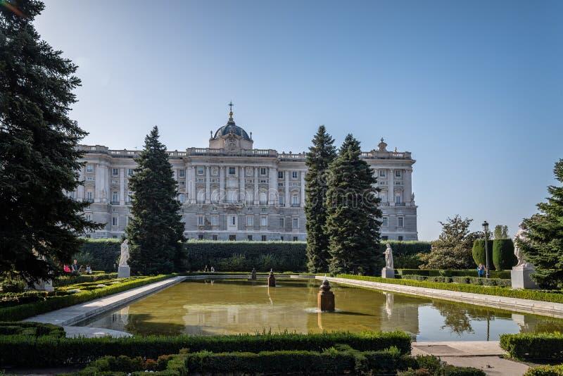 Сады Sabatini и королевский дворец Мадрида стоковое изображение rf