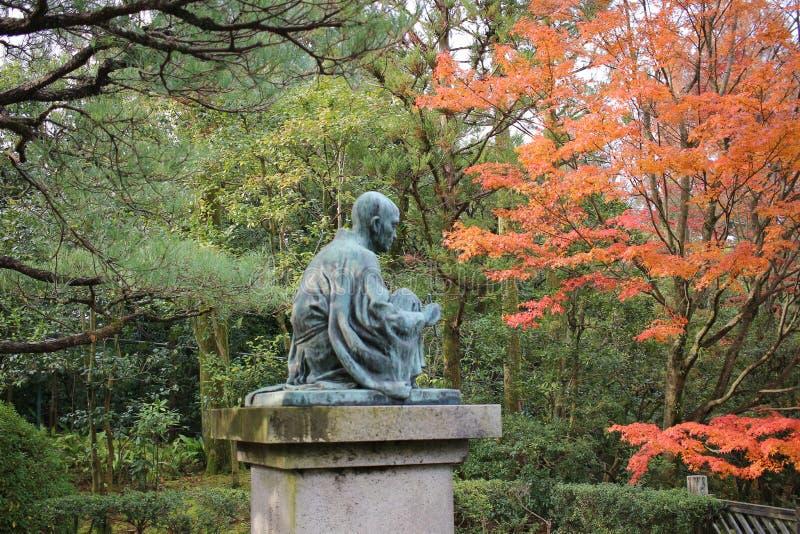 Сад Дзэн с прудом, утесами, гравием и мхом стоковая фотография rf