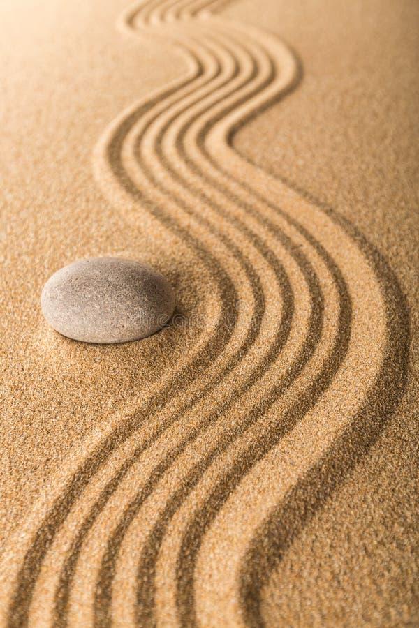 Сад Дзэн с сгребенным песком и ровным камнем стоковое фото rf
