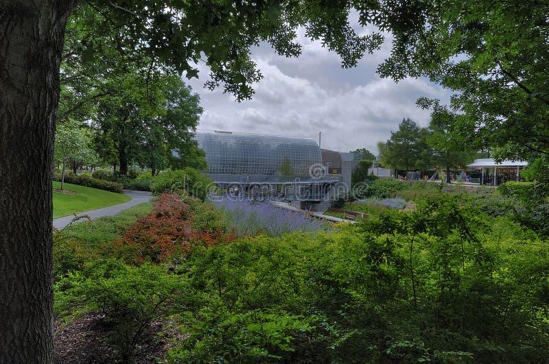 Сад мириад Оклахома-Сити ботанический с мостом неба и мостом на кристаллических детекторах на заднем плане стоковое фото