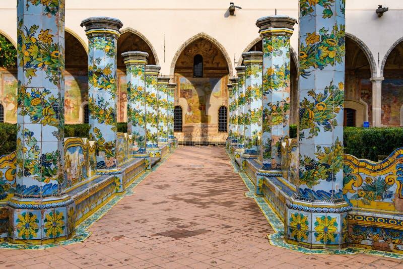 Сад монастыря Santa Clara в Неаполь, Италии стоковые изображения rf