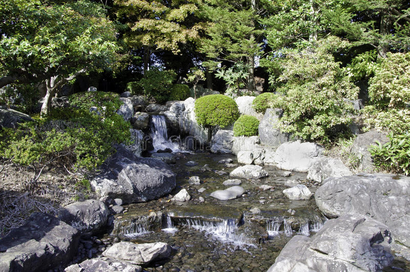 Сад с прудом в азиатском типе стоковое изображение rf