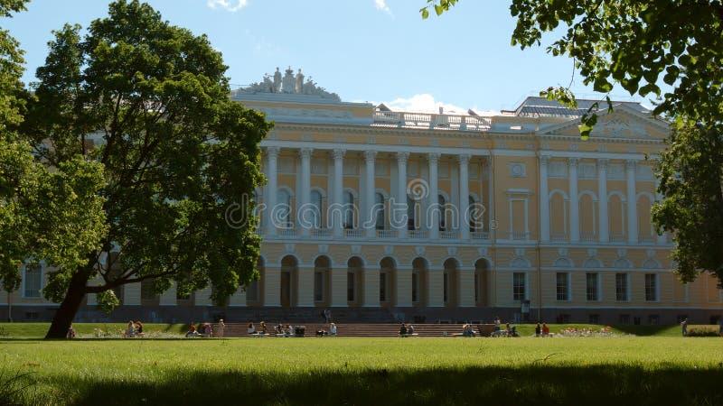 Сад Mikhailovsky и русский музей в летнем дне - Санкт-Петербург, Россия стоковые изображения