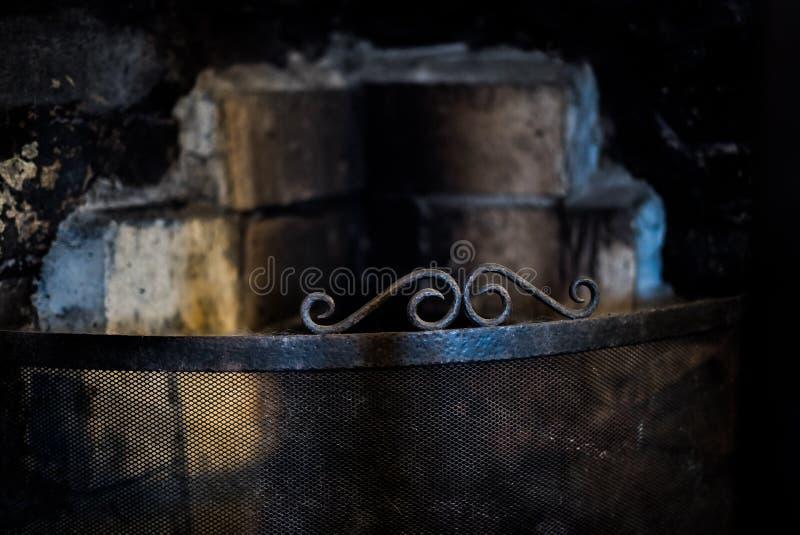 Сажа, пятна и, который сгорели кирпичи дают это использовали старый камин страшный, готический взгляд или grungy стиль хеллоуина стоковое фото rf