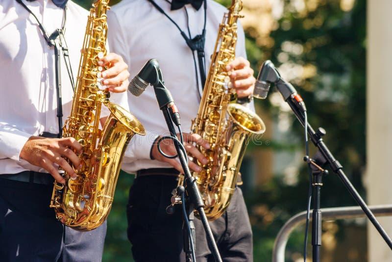 2 саксофониста играя на джазовом фестивале в парке города стоковое фото rf