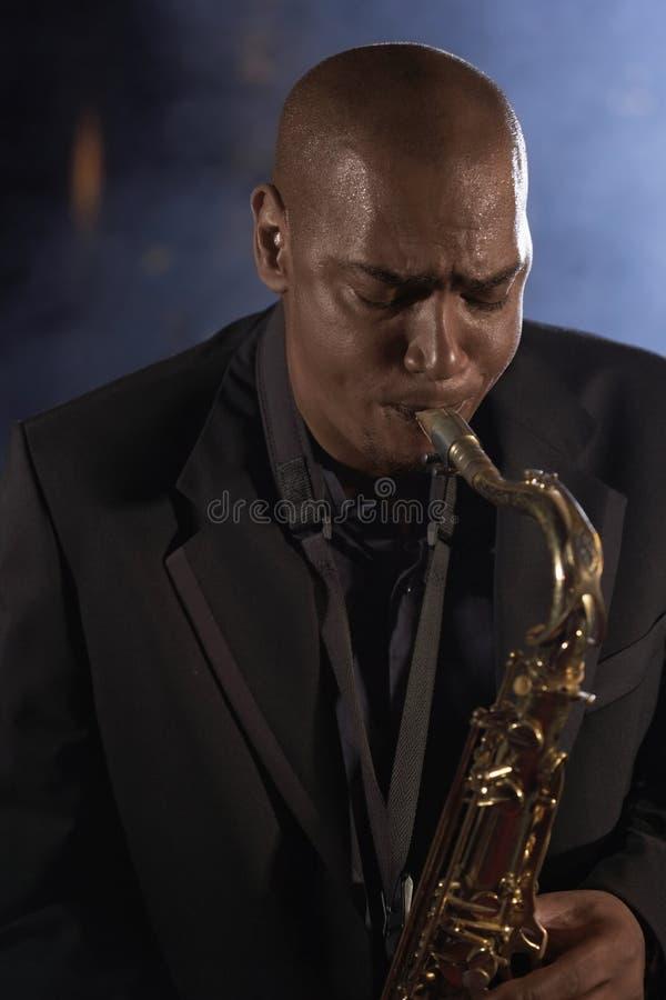 Саксофонист играя джаз стоковое фото