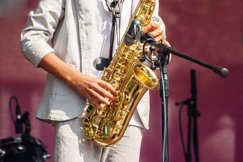 Саксофонист играя на джазовом фестивале в парке города стоковые изображения rf