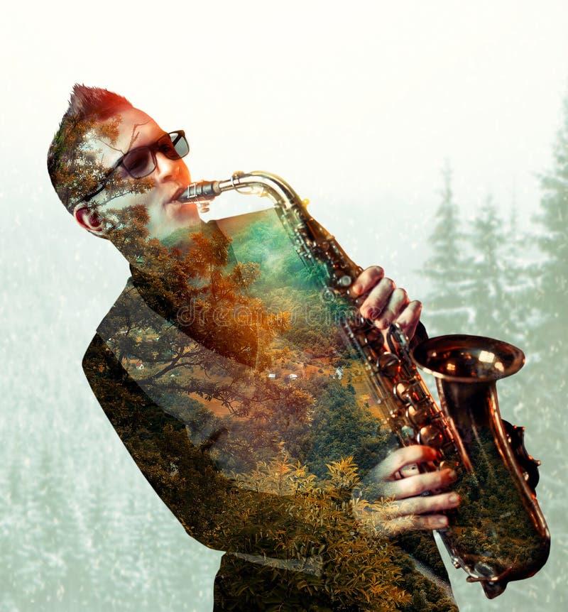 Саксофонист играя на саксофоне, двойной экспозиции стоковое изображение