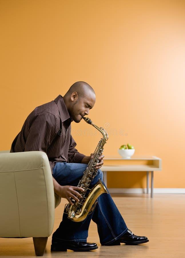 саксофон музыканта выполняя стоковое изображение