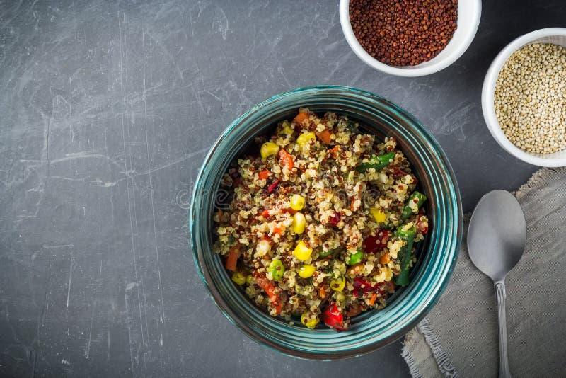 Салатница квиноа с красочными овощами стоковые фотографии rf