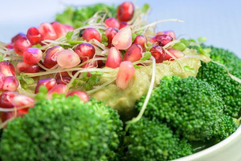 Салат брокколи с гранатовым деревом и авокадо sauce - здоровая еда стоковые изображения