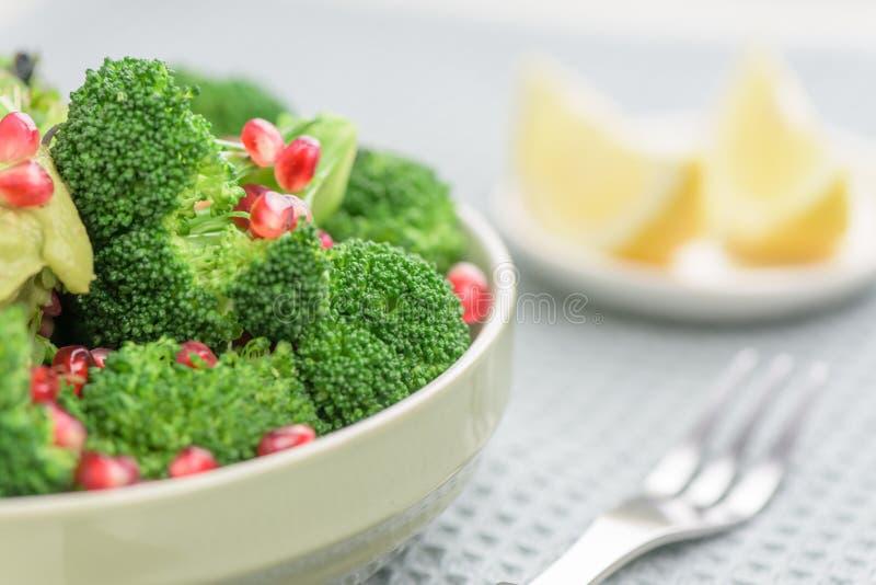Салат брокколи с гранатовым деревом и авокадо sauce - крупный план стоковые фотографии rf
